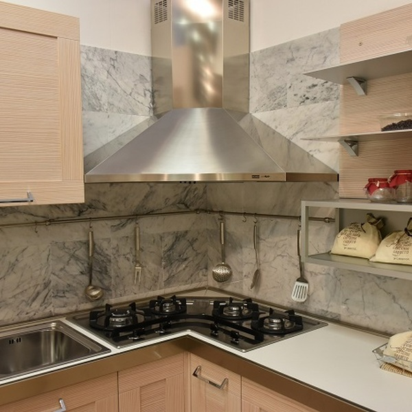 Cucina ad angolo completa di elettrodomestici